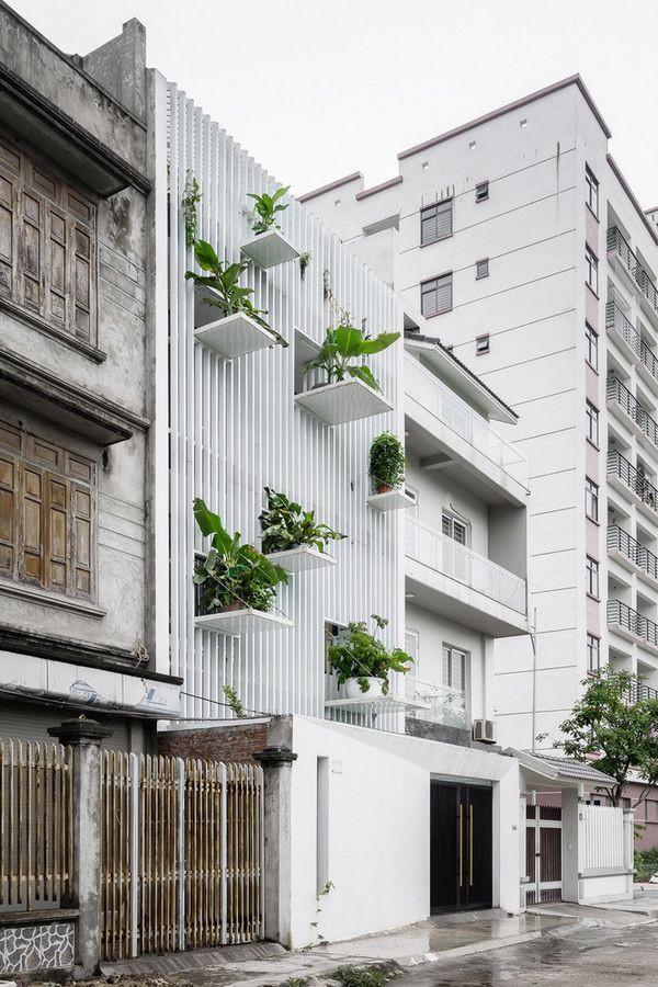 Nắng chiếu thẳng vào mặt tiền lại gần đường ray ồn ào, ngôi nhà ở ngoại thành Hà Nội vẫn được báo Mỹ khen ngợi vì cách xử lý thông minh - Ảnh 12.