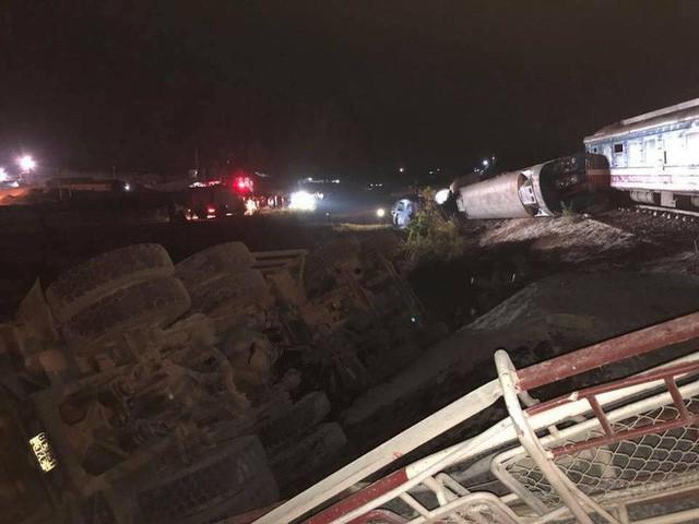 Tàu hỏa đâm xe ben khiến 5 toa bị lật, 2 người chết, nhiều người bị thương nặng - Ảnh 1.