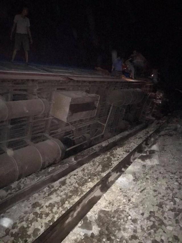 Tàu hỏa đâm xe ben khiến 5 toa bị lật, 2 người chết, nhiều người bị thương nặng - Ảnh 2.