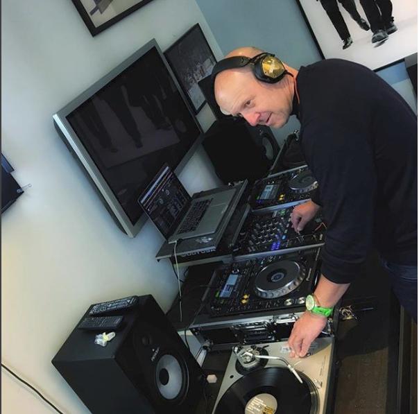 Ngày lãnh đạo ngân hàng tỷ đô, đêm về làm thêm DJ chơi nhạc, CEO U50 khuyên bạn: Đừng chịu đựng những công việc nhàm chán! - Ảnh 1.