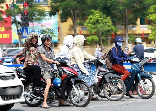 Dân Hà Nội khổ sở tìm cách chống nắng nóng đầu hè - Ảnh 2.