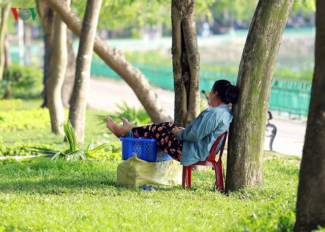 Dân Hà Nội khổ sở tìm cách chống nắng nóng đầu hè - Ảnh 11.