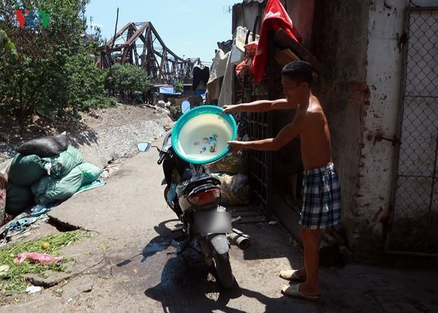 Dân Hà Nội khổ sở tìm cách chống nắng nóng đầu hè - Ảnh 12.