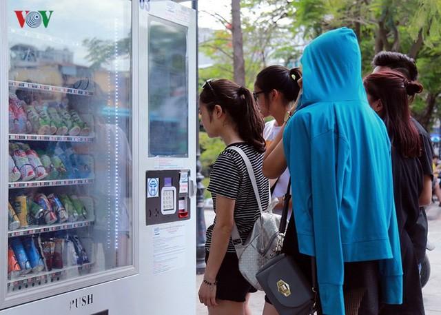 Dân Hà Nội khổ sở tìm cách chống nắng nóng đầu hè - Ảnh 10.