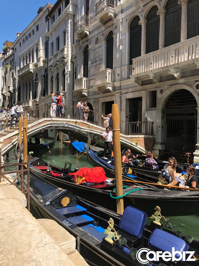 Tôi vừa đến Venice và suýt chết ngạt, đô thị này đang bị nhấm chìm - không phải vì nước biển dâng mà bởi dòng lũ những du khách như tôi... - Ảnh 2.