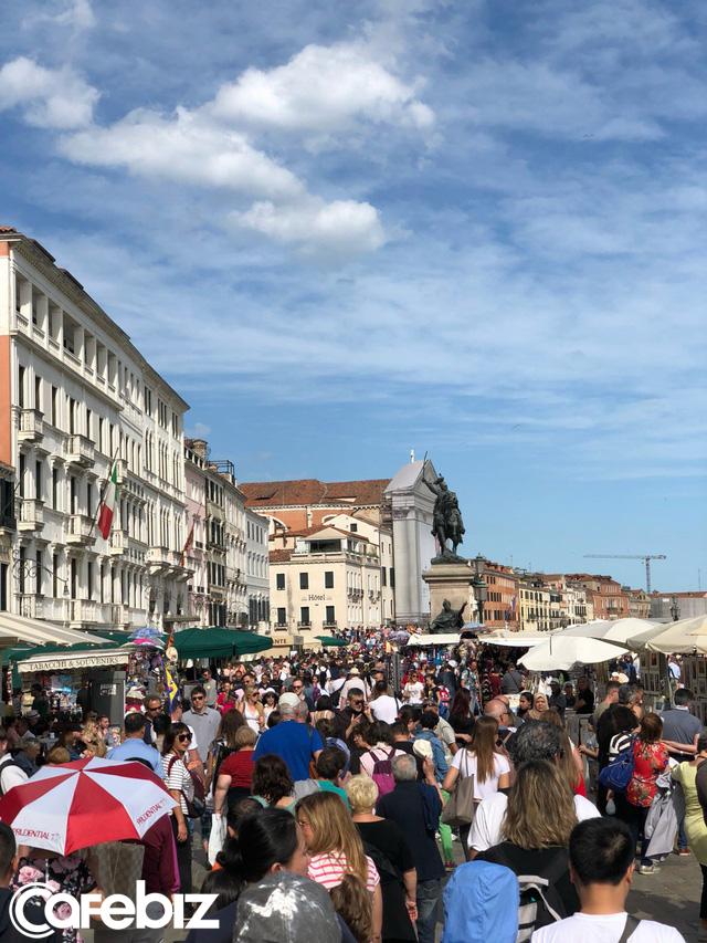 Tôi vừa đến Venice và suýt chết ngạt, đô thị này đang bị nhấm chìm - không phải vì nước biển dâng mà bởi dòng lũ những du khách như tôi... - Ảnh 6.