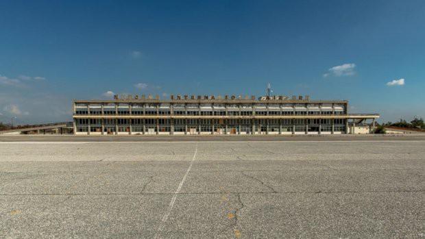 Sân bay ma ở Địa Trung Hải bỏ hoang 44 năm - Ảnh 1.