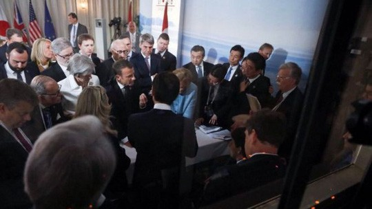 Mổ xẻ bức ảnh bom tấn của bà Merkel - Ảnh 1.