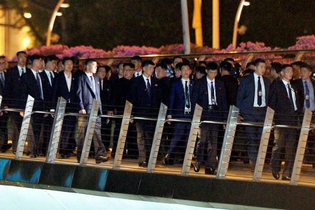[NÓNG]: Ông Kim Jong-un bất ngờ xuống phố vãn cảnh đêm Singapore sau một ngày im lặng  - Ảnh 3.