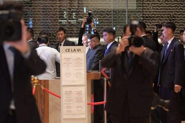 [NÓNG]: Ông Kim Jong-un bất ngờ xuống phố vãn cảnh đêm Singapore sau một ngày im lặng  - Ảnh 4.