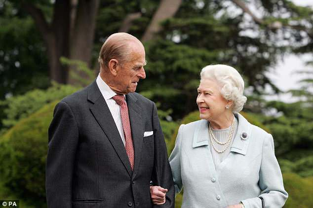 Người đàn ông thầm lặng bên cạnh Nữ Hoàng Anh bước sang tuổi 97 - Ảnh 2.