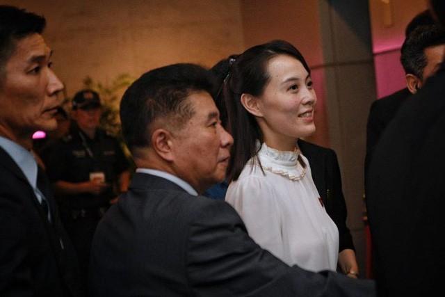 [NÓNG]: Ông Kim Jong-un bất ngờ xuống phố vãn cảnh đêm Singapore sau một ngày im lặng  - Ảnh 6.