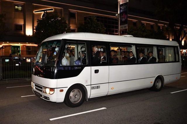 [NÓNG]: Ông Kim Jong-un bất ngờ xuống phố vãn cảnh đêm Singapore sau một ngày im lặng  - Ảnh 8.