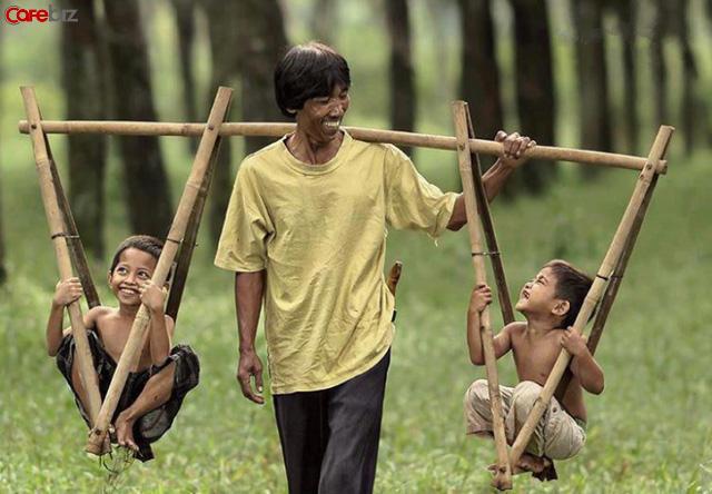 Bố ơi tại sao chúng ta cố gắng như vậy mà vẫn nghèo?: Dù không thể chọn nơi sinh ra nhưng có thể nỗ lực để quyết định điểm khởi đầu cho thế hệ sau - Ảnh 1.