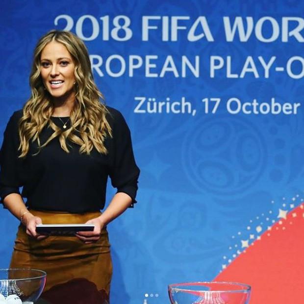 Nữ phóng viên xinh đẹp nhất World Cup gây sốt trở lại khi Đức gặp Mexico - Ảnh 4.
