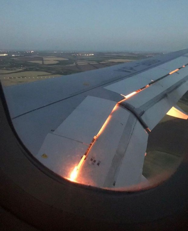 Máy bay chở đội tuyển Saudi Arabia bốc cháy trên không trung khiến cầu thủ xanh mặt - Ảnh 1.