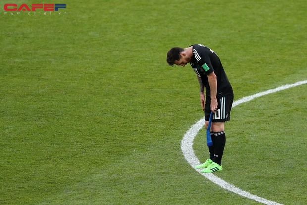 đầu tư giá trị - photo 1 1529372522293712170182 - Messi cúi đầu khi sút hỏng penalty, chân sút người Đức ôm mặt sau trận thua sốc: Áp lực mà các cầu thủ phải đối mặt lớn đến mức nào và làm sao để vượt qua chúng?