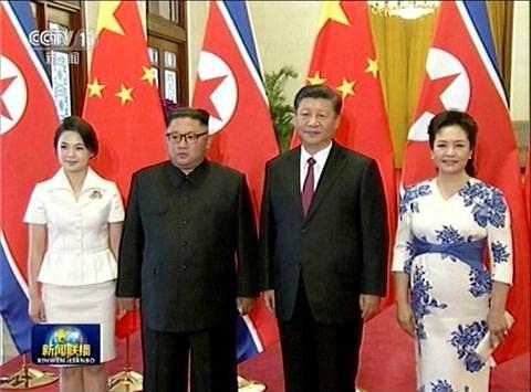 Video: Những hình ảnh hiếm hoi của ông Kim Jong-un và phu nhân ở Trung Quốc - Ảnh 1.