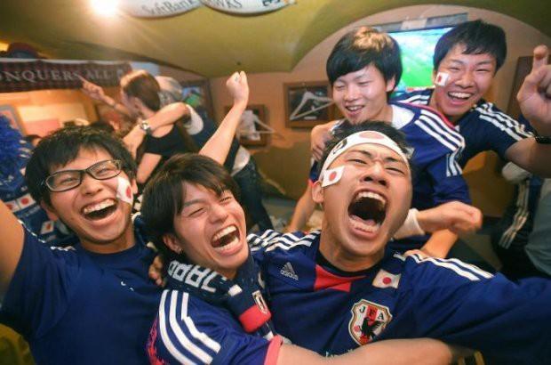 """đầu tư giá trị - photo 14 15295458177682084804936 - Người dân Nhật Bản """"đi bão"""", đổ ra đường ăn mừng chiến thắng gây sốc của đội nhà tại World Cup 2018"""
