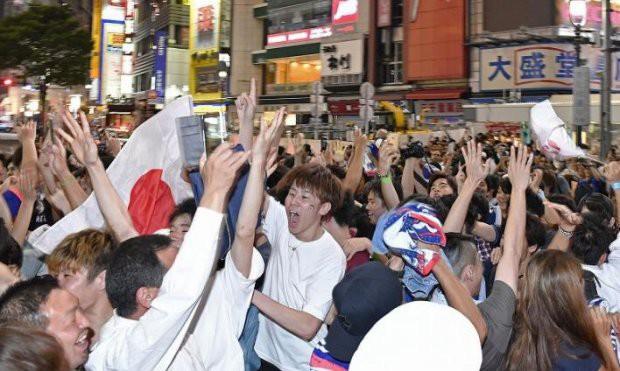 """đầu tư giá trị - photo 15 15295458177682106883459 - Người dân Nhật Bản """"đi bão"""", đổ ra đường ăn mừng chiến thắng gây sốc của đội nhà tại World Cup 2018"""
