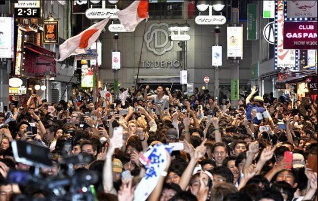 """đầu tư giá trị - photo 16 15295458177692141414754 - Người dân Nhật Bản """"đi bão"""", đổ ra đường ăn mừng chiến thắng gây sốc của đội nhà tại World Cup 2018"""