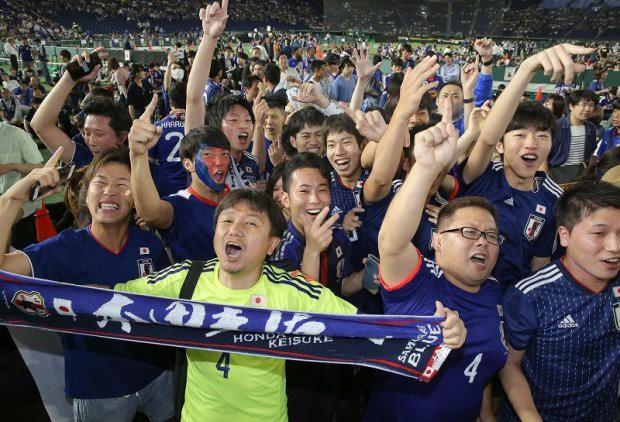 """đầu tư giá trị - photo 17 15295458177701087612205 - Người dân Nhật Bản """"đi bão"""", đổ ra đường ăn mừng chiến thắng gây sốc của đội nhà tại World Cup 2018"""