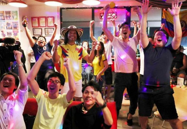 """đầu tư giá trị - photo 18 1529545817771120280077 - Người dân Nhật Bản """"đi bão"""", đổ ra đường ăn mừng chiến thắng gây sốc của đội nhà tại World Cup 2018"""