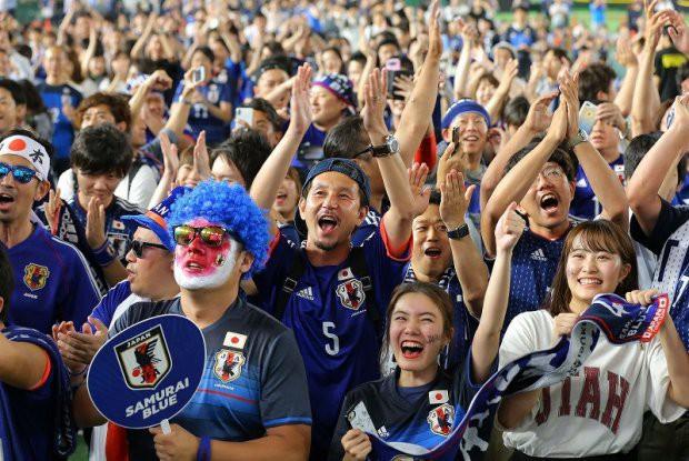 """đầu tư giá trị - photo 5 1529545817758532387467 - Người dân Nhật Bản """"đi bão"""", đổ ra đường ăn mừng chiến thắng gây sốc của đội nhà tại World Cup 2018"""