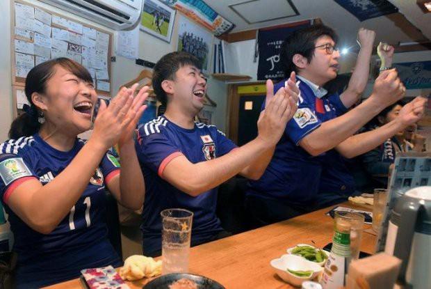 """đầu tư giá trị - photo 6 15295458177591713568655 - Người dân Nhật Bản """"đi bão"""", đổ ra đường ăn mừng chiến thắng gây sốc của đội nhà tại World Cup 2018"""