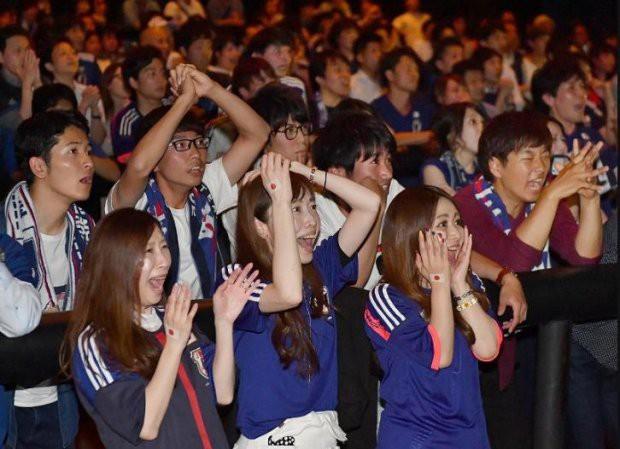 """đầu tư giá trị - photo 7 1529545817761781519243 - Người dân Nhật Bản """"đi bão"""", đổ ra đường ăn mừng chiến thắng gây sốc của đội nhà tại World Cup 2018"""