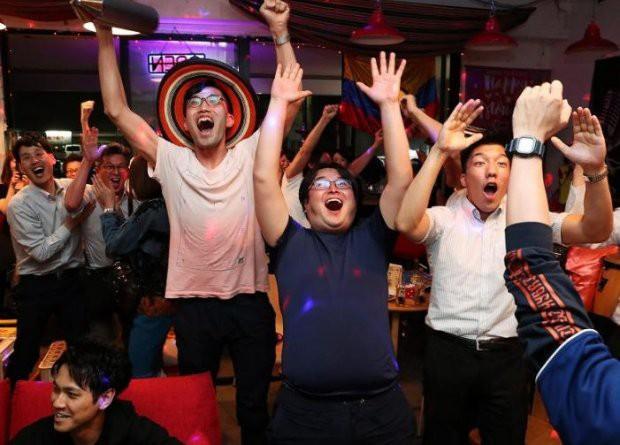 """đầu tư giá trị - photo 8 15295458177622112621872 - Người dân Nhật Bản """"đi bão"""", đổ ra đường ăn mừng chiến thắng gây sốc của đội nhà tại World Cup 2018"""