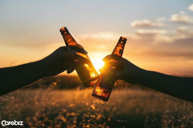 """đầu tư giá trị - friends toasting with beer bottles in meadow at sunset 15299974919091532656605 1529997512453615810837 - """"Không gặp may thì đành bó tay chịu trói"""": Có một thế hệ trẻ không chịu tìm đường thoát, mà chỉ chăm chăm học cách """"an phận"""" với sự đen đủi"""