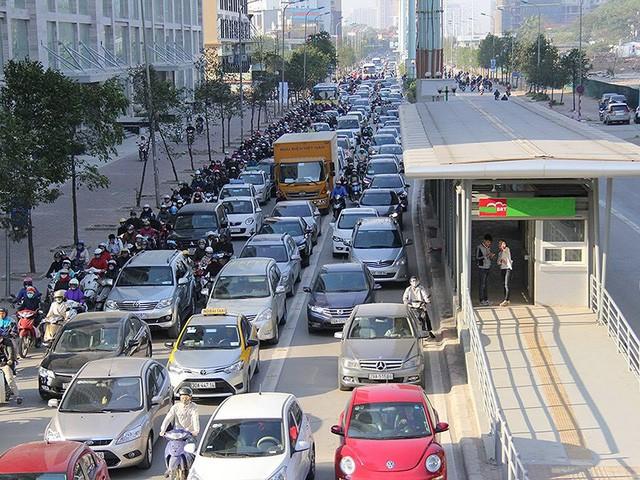 Tranh cãi mua ô tô phải mở tài khoản ngân hàng - Ảnh 1.