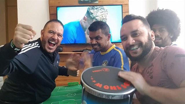 Cách anh chàng Brazil giúp người bạn vừa khiếm thính vừa khiếm thị xem World Cup khiến người ghét bóng đá cũng phải xúc động - Ảnh 6.