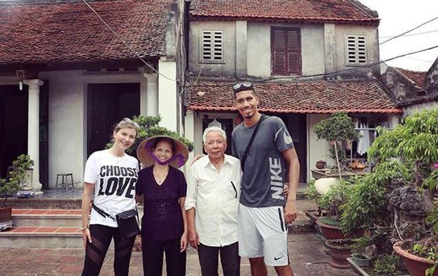 Không được đá World Cup, trung vệ MU Chris Smalling đưa vợ sang Việt Nam du lịch, đá cầu với người hâm mộ - Ảnh 6.