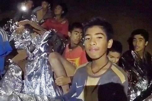 Câu chuyện truyền cảm hứng từ cuộc giải cứu các cầu thủ nhí Thái Lan: Bạn tuyệt đối không đơn độc, bởi sau lưng có cả một thế giới sẵn lòng nâng đỡ - Ảnh 1.