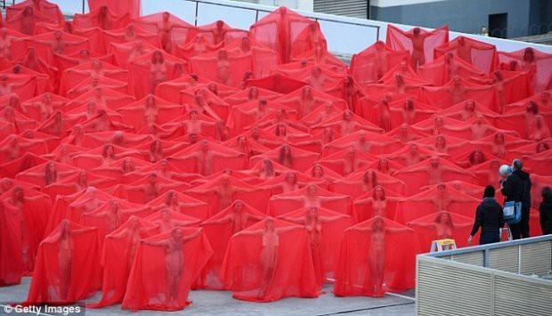 Hàng trăm người cùng chụp ảnh khỏa thân bất chấp thời tiết giá lạnh tại Úc - Ảnh 1.
