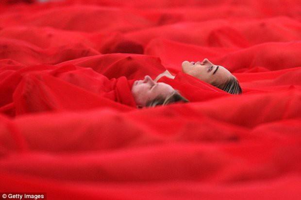 Hàng trăm người cùng chụp ảnh khỏa thân bất chấp thời tiết giá lạnh tại Úc - Ảnh 12.