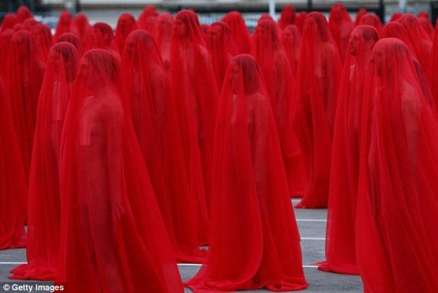 Hàng trăm người cùng chụp ảnh khỏa thân bất chấp thời tiết giá lạnh tại Úc - Ảnh 15.