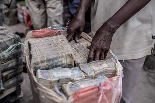 Bị cô lập, chìm trong siêu lạm phát đến nỗi dân phải chở tiền bằng xe cút kít nhưng xứ sở châu Phi này lại đang đứng đầu thế giới trên phương diện xã hội không tiền mặt - Ảnh 3.