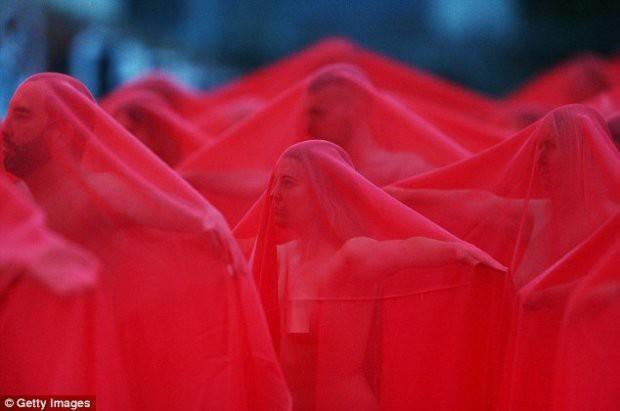 Hàng trăm người cùng chụp ảnh khỏa thân bất chấp thời tiết giá lạnh tại Úc - Ảnh 4.