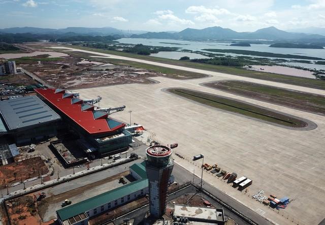 Toàn cảnh cảng hàng không quốc tế Vân Đồn trong ngày đón chuyến bay hiệu chuẩn đầu tiên - Ảnh 1.