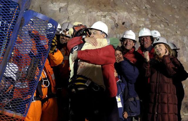 Thợ mỏ mắc kẹt 69 ngày tại Chile khuyên các cầu thủ nhí Thái Lan tránh xa cám dỗ tiền bạc - Ảnh 1.