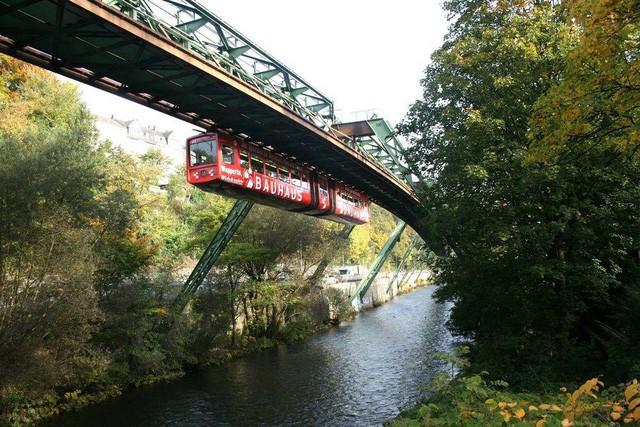 Những hệ thống giao thông công cộng kỳ lạ nhất thế giới: Tàu chạy bằng sức người, thang cuốn dài 800 mét - Ảnh 3.