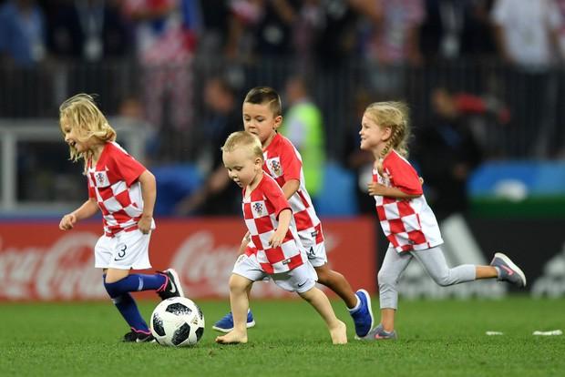 đầu tư giá trị - photo 25 15313582415532128483454 - CĐV Croatia mừng phát điên khi đội nhà lần đầu tiên vào chung kết World Cup