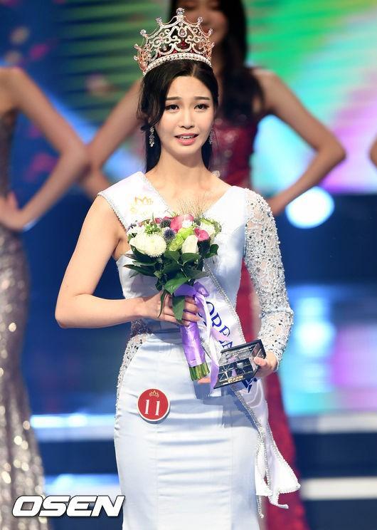"""Trớ trêu các cuộc thi sắc đẹp Hàn Quốc: Hoa hậu bị """"kẻ ngoài cuộc"""" lấn át nhan sắc ngay trong đêm đăng quang! - Ảnh 8."""