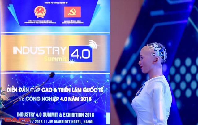 Những hình ảnh ấn tượng của Sophia - Robot có quyền con người đầu tiên tại Việt Nam trong tà áo dài - Ảnh 1.