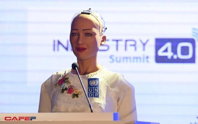 Những hình ảnh ấn tượng của Sophia - Robot có quyền con người đầu tiên tại Việt Nam trong tà áo dài - Ảnh 5.