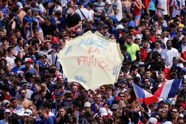 Xúc động cảnh ăn mừng cuồng nhiệt của hàng trăm ngàn CĐV Pháp ở Paris - Ảnh 14.