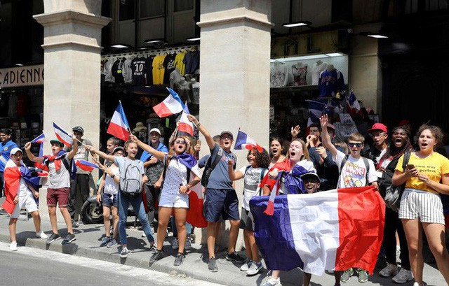 Xúc động cảnh ăn mừng cuồng nhiệt của hàng trăm ngàn CĐV Pháp ở Paris - Ảnh 15.